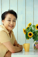 リビングでくつろぐシニア女性 02253004160| 写真素材・ストックフォト・画像・イラスト素材|アマナイメージズ