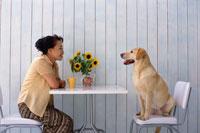 リビングでくつろぐシニア女性と犬