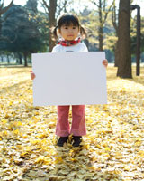 公園でホワイトボードを持つ女の子