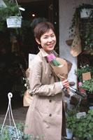 花を買った女性 02253004725| 写真素材・ストックフォト・画像・イラスト素材|アマナイメージズ