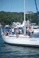 ヨットにのる人々