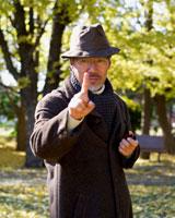 公園のシニア男性 02253005096| 写真素材・ストックフォト・画像・イラスト素材|アマナイメージズ