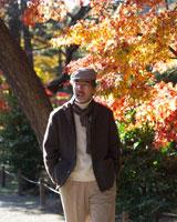 公園を散歩するシニア男性