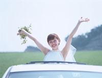 車から顔を出す新婦