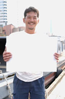 港でボードを持つ男性 02253005338| 写真素材・ストックフォト・画像・イラスト素材|アマナイメージズ