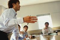 オフィスのミーティングイメージ