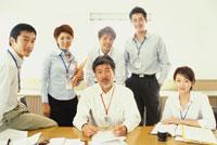 オフィスで集合する男女6人