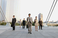 屋外で並ぶビジネス男女6人 02253005563  写真素材・ストックフォト・画像・イラスト素材 アマナイメージズ