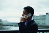 屋外で電話する男性 02253005663| 写真素材・ストックフォト・画像・イラスト素材|アマナイメージズ