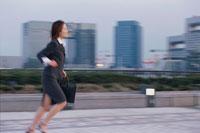 屋外を走って移動する女性 02253005668| 写真素材・ストックフォト・画像・イラスト素材|アマナイメージズ