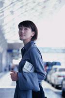カートを引いて歩くビジネス女性 02253005712| 写真素材・ストックフォト・画像・イラスト素材|アマナイメージズ