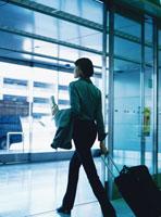 カートを引いて歩くビジネス女性