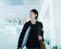 書類を持って移動する女性 02253005776| 写真素材・ストックフォト・画像・イラスト素材|アマナイメージズ