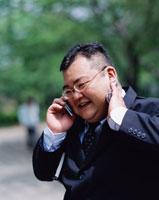 笑顔で電話するビジネス男性 02253005796| 写真素材・ストックフォト・画像・イラスト素材|アマナイメージズ