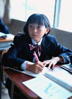 教室で授業を受ける日本人女子中学生