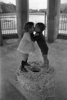 キスをする子供のカップル フランス 1967 02265000040| 写真素材・ストックフォト・画像・イラスト素材|アマナイメージズ