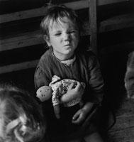人形を抱く子供 イタリア 1948