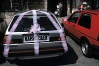 ウェディングの飾りをつけた車 02265001088| 写真素材・ストックフォト・画像・イラスト素材|アマナイメージズ