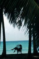 ビーチでイスに座っている人のシルエット