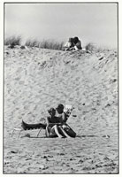砂浜で寄り添う2組のカップル B/W ニューヨーク アメリカ
