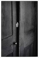 扉のすき間から出る人間の手 B/W フロリダ アメリカ