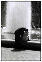 噴水前でキスするカップル B/W 1989年 パリ フランス