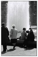 噴水前のカップルと通行人 B/W 1989年 パリ フランス