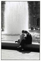 噴水前で女性を撮る男性 B/W 1989年 パリ フランス