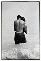 海で抱き合うカップル B/W 1993年 フロリダ アメリカ 02265002078  写真素材・ストックフォト・画像・イラスト素材 アマナイメージズ