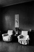 室内に置かれた2脚の椅子と扇風機 B/W