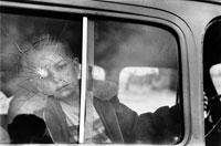 窓の弾痕と子供 B/W 1955年 コロラド アメリカ 02265002334| 写真素材・ストックフォト・画像・イラスト素材|アマナイメージズ