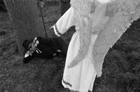 寝そべる男性と天使の後姿 B/W 1975年 ベルギー 02265002389| 写真素材・ストックフォト・画像・イラスト素材|アマナイメージズ
