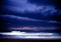 荒波と曇り空 2000年 アキテーヌ フランス 02265002456| 写真素材・ストックフォト・画像・イラスト素材|アマナイメージズ