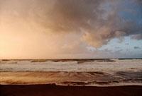 荒波と曇り空 2000年 アキテーヌ フランス 02265002457| 写真素材・ストックフォト・画像・イラスト素材|アマナイメージズ