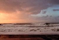 荒波と曇り空 2000年 アキテーヌ フランス 02265002458| 写真素材・ストックフォト・画像・イラスト素材|アマナイメージズ