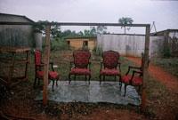 屋外に並ぶいす 1998年 カメルーン