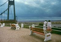 風景を眺めるカップルと曇り空 1984年 フランス