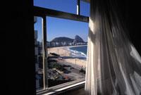 窓のカーテンと外の海 2000年 ブラジル 02265002779| 写真素材・ストックフォト・画像・イラスト素材|アマナイメージズ