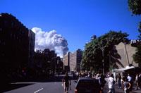 テロの爆発の煙と人々 2001年 アメリカ 02265002788| 写真素材・ストックフォト・画像・イラスト素材|アマナイメージズ