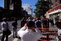 ビルの煙と人々 2001年 アメリカ 02265002790| 写真素材・ストックフォト・画像・イラスト素材|アマナイメージズ