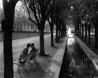 ベンチでキスするカップル フランス