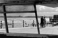 海岸で寄り添うカップル B/W 1990年 イングランド