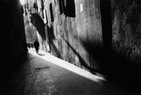 路地を歩く人々 B/W 1993年 スペイン 02265003266| 写真素材・ストックフォト・画像・イラスト素材|アマナイメージズ