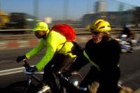 自転車で並んで走る2人の男性 1996年 イングランド