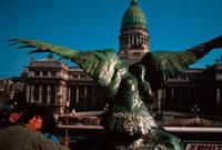 銅像の横でキスするカップル 1993年 ブエノスアイレス