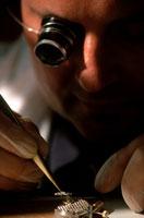 ルーペを使い作業をする職人 2001年 ドイツ