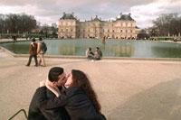 カップル達 2000年9月 リュクサンブール庭園 パリ 02265005478| 写真素材・ストックフォト・画像・イラスト素材|アマナイメージズ