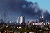 黒煙とビル群 2001年9月11日 アメリカ 02265005705| 写真素材・ストックフォト・画像・イラスト素材|アマナイメージズ