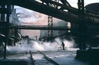 工場の煙と自転車の人物 1985年 中国