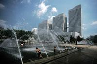 公園の噴水で遊ぶ子供たち 1997年 横浜